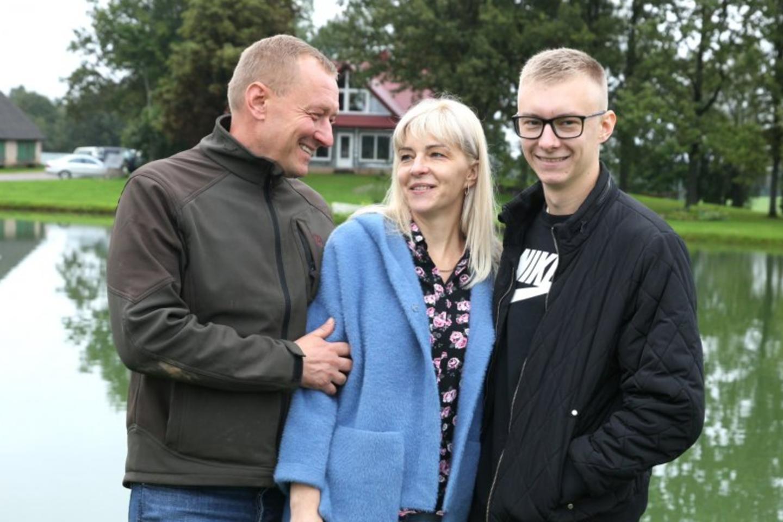 Sėkmingai ūkininkaujantys Tomas ir Dangira Davainiai džiaugiasi, kad jų darbus pasiryžo tęsti sūnus Domantas.<br>A.Švelnos nuotr.