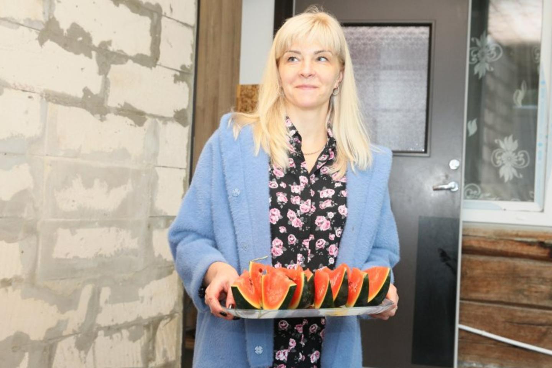 D.Davainienė atnešė paragauti šiemet savame darže užaugintų arbūzų.<br>A.Švelnos nuotr.