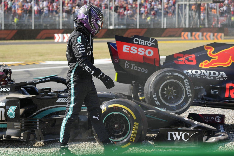 Lewiso Hamiltono ir Maxo Verstappeno avarija.<br>AP/Scanpix nuotr.