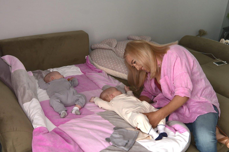 E. Puidokaitė-Bruzgulienė pasidalijo išgyvenimais ir parodė dvynukes.<br>Pr. siuntėjų nuotr.