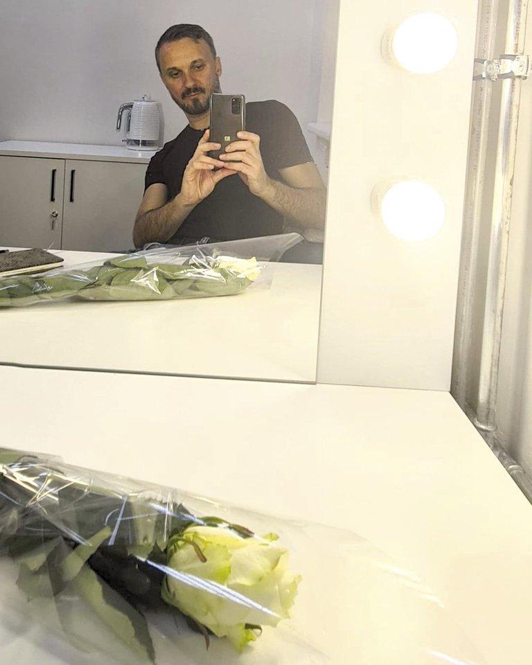 Po pasirodymo teatre aktorius Eimutis Kvoščiauskas įsiamžino prieš veidrodį su gerbėjų padovanota rože.<br>Asmeninio albumo nuotr.