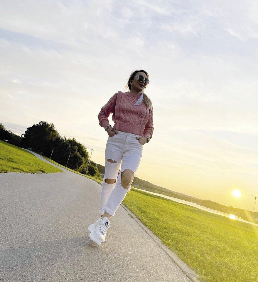"""""""Eilinis vakaras pralenkus saulėlydį"""", – romantiška gamta džiaugėsi popmuzikos žvaigždė Džordana Butkutė.<br>Asmeninio albumo nuotr."""