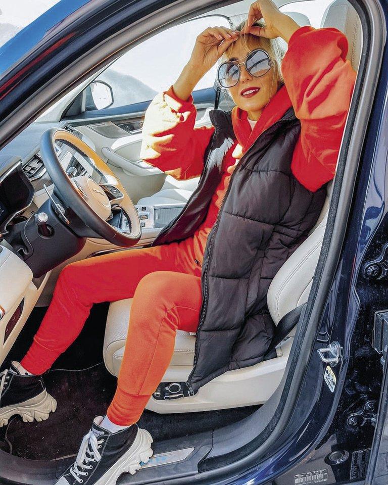 """""""Kelininkai kelyje"""", – pasipuošusi oranžiniu laisvalaikio kostiumėliu juokėsi TV laidų vedėja Indrė Kavaliauskaitė.<br>Asmeninio albumo nuotr."""
