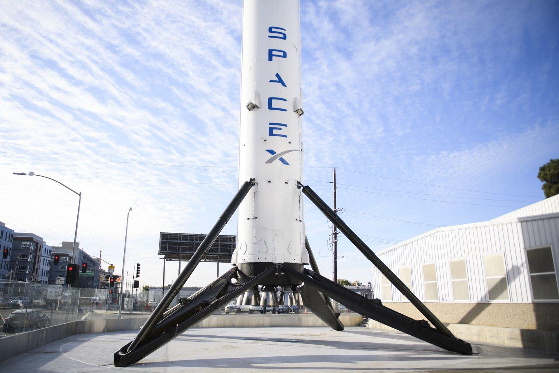 """JAV bendrovės """"SpaceX"""" raketa """"Falcon 9"""" iškėlė į orbitą 51 palydovą, papildysiantį pasaulinio interneto tinklo """"Starlink"""" sistemą, paskelbė kompanija.<br>AFP / Scanpix nuotr."""