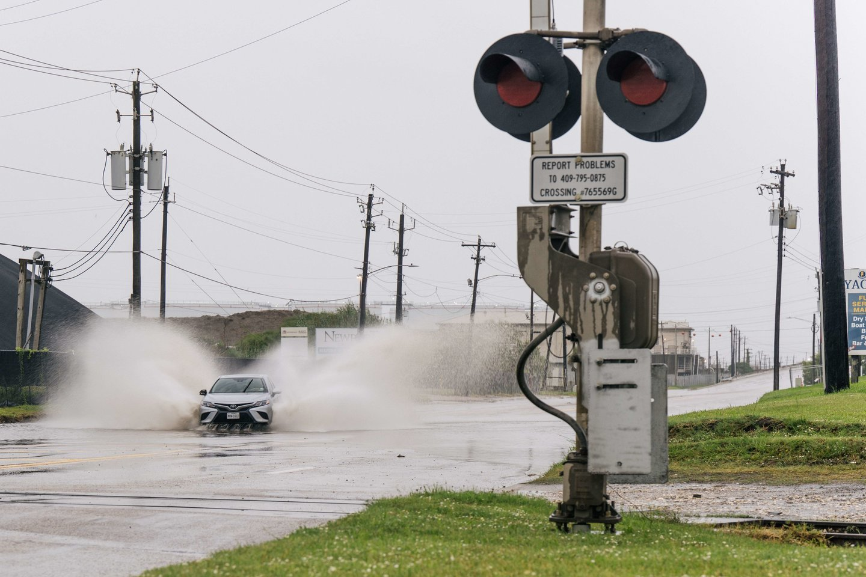 """Tropinės audros """"Nicholas"""" užtvindytos gatvės Teksase.<br>FP/Scanpix nuotr."""