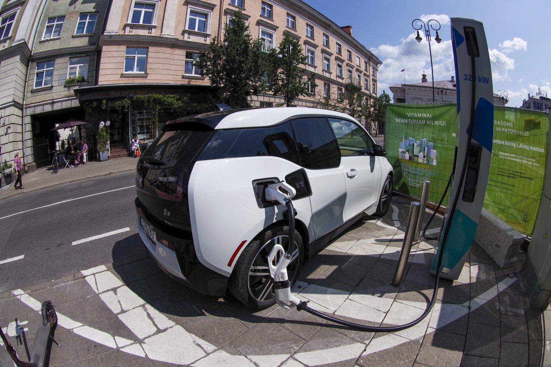 Lietuva yra pasirengusi stipriai išplėsti viešųjų ir pusiau viešųjų elektromobilių įkrovimo prieigų tinklą ir užtikrinti patogią infrastruktūrą.<br>V.Ščiavinsko nuotr.