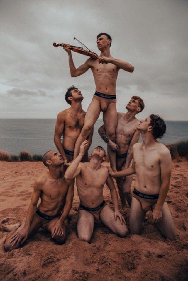 Anot fotografo, pagrindinė nuotraukos idėja yra parodyti, kad žmonių grupė gali padaryti daug daugiau, nei vienas žmogus.<br>A.Griciaus nuotr.