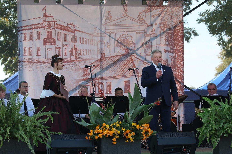 Kalvarijos savivaldybės meras V.Plikaitis apgailestavo, jog po miestelio jubiliejinės šventės, įvyko nemalonus incidentas, pasibaigęs muštynėmis.<br>Savivaldybės nuotr.