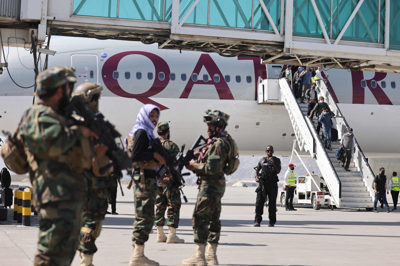 """Nesant susitarimo su Talibanu Kataras """"neprisiims atsakomybės"""" už Kabulo oro uostą.<br>AFP/Scanpix nuotr."""