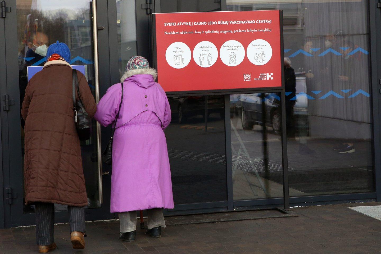 JK rekomenduos nuo COVID-19 trečią kartą pasiskiepyti vyresniems gyventojams.<br>M.Patašiaus nuotr.