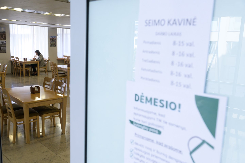Galimybių paso neturintys parlamentarai negali patekti ir į Seimo restoraną.<br>V.Skaraičio nuotr.