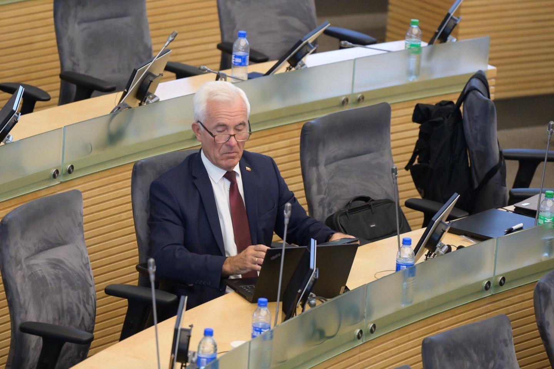 Tarp apgręžtųjų buvo ir vienas pagrindinių skiepų priešininkų Seime – Valstiečių ir žaliųjų sąjungos frakcijos narys, sveikuolis D.Kepenis.<br>V.Skaraičio nuotr.