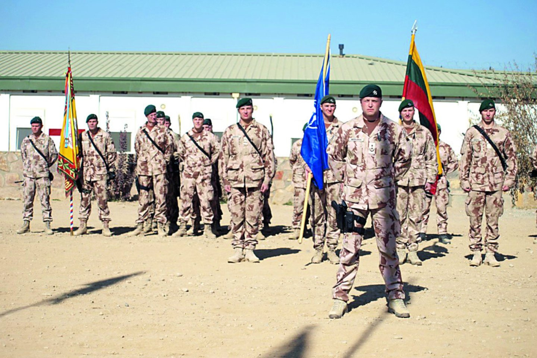 Kitame upės krante – NATO kariuomenės bazė, kurioje pabėgėlių laukė kariai.