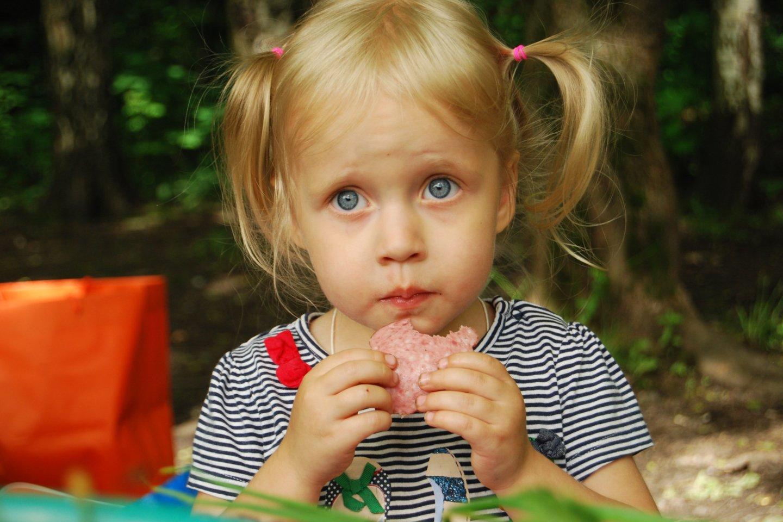 """Didžiausią pavyzdį, kas skanu ar neskanu, vaikams rodo jų tėvai.<br>""""Unsplash"""" nuotr."""