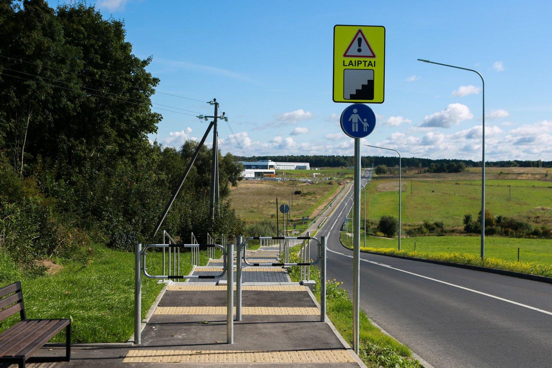 Nuo Ramučių Centrinės gatvės Sergeičikų kaimo link per pievas nutiestame take įrengtos laiptų pakopos stebina ne tik dviratininkus, bet ir pėsčiuosius.<br>G.Bitvinsko nuotr.