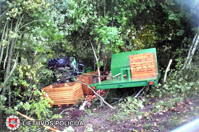 Šakių rajone į griovį įvažiavęs traktorius pražudė juo keliavusį žmogų<br>Marijampolės apskrities VPK
