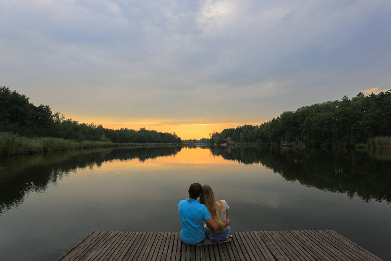 Vaikinas norėjo padaryti staigmeną nusivežęs merginą į sodybą prie ežero, tačiau mergina savo pareiškimu nustebino jį pirmiau.<br>123rf.com asociatyvioji nuotr.