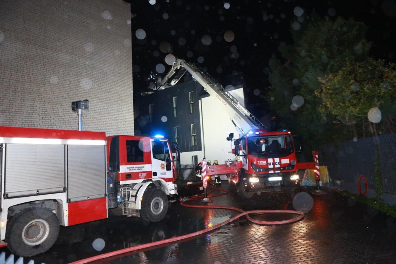Kaune liepsnojo naujai statomas daugiabutis.<br>G.Bitvinsko nuotr.