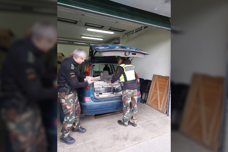 Puškų užkardos pasieniečiams Rokiškio rajone įkliuvo vilnietis, automobiliu gabenęs 4 tūkst. pakelių baltarusiškų cigarečių.<br>VSAT nuotr.