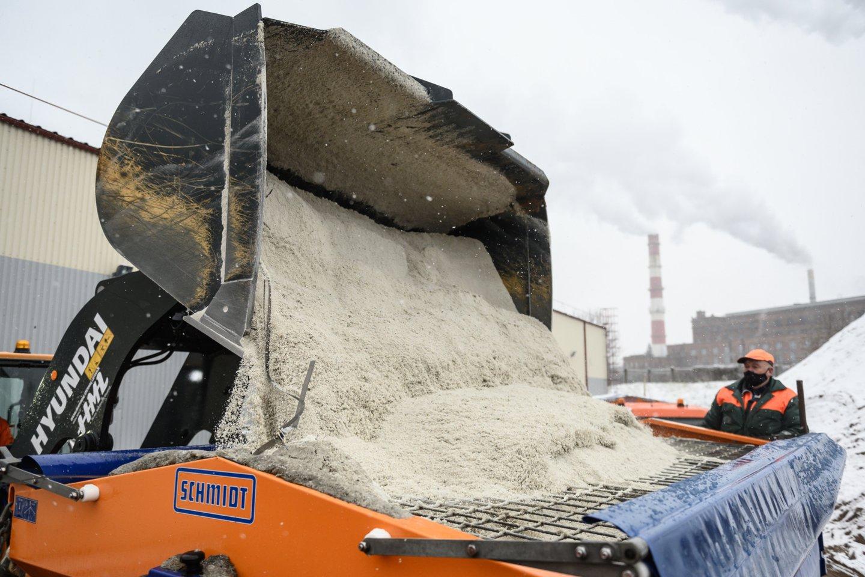 """""""Grinda"""" sako, kad nuo praėjusio sezono sandėliuose likę nemažai druskos.<br>V.Skaraičio nuotr."""
