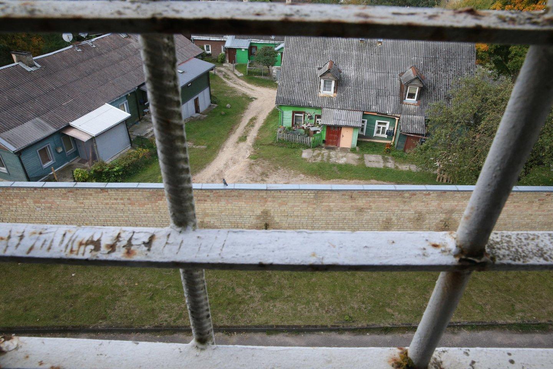 Į sostinės Naujininkus atkelti pirmieji migrantai: nors grotos slegia, sako, kad Lietuvą jau myli<br>R.Danisevičiaus nuotr.