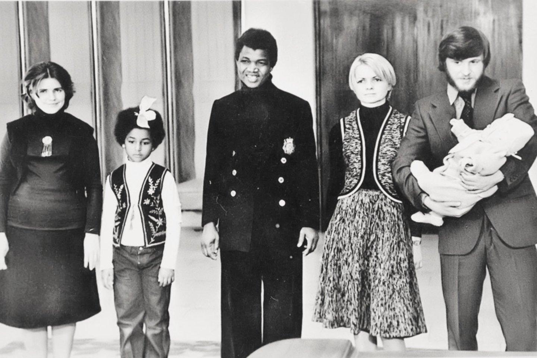 Muzikanto V.Diawaros krikštynų akimirka – nuotraukoje įamžinti tėvai, sesuo Gabija ir krikštatėviai su Viktoru ant rankų.<br>Nuotr. iš asmeninio albumo