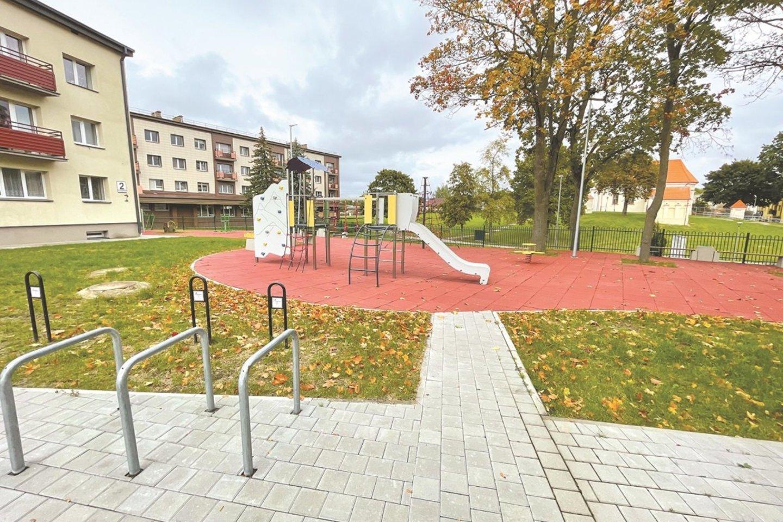 Visiškai atnaujintas Ramybės skveras, jame įrengta ir vaikų žaidimų aikštelė. Iš viso kvartalinės rekonstrukcijos metu buvo įrengtos 26 vaikų žaidimų aikštelės, 2 krepšinio aikštelės, o dalyje aikštelių įrengti ir sporto įrenginiai.<br>Aldo Surkevičiaus nuotr.