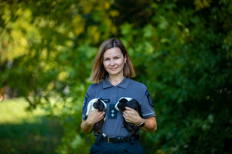 Pasaulinės Gyvūnų dienos proga mūsų kolegos pareigūnai pozuoja su savo mylimiausiais keturkojais draugais.<br>Klaipėdos apskrities policijos nuotr.