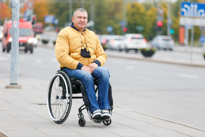 Aleksandras Pacevičius gyvena aktyviai ir kitus neįgaliuosius ragina nesėdėti namie.<br>T.Bauro nuotr.