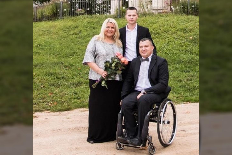 Susitaikyti su užgriuvusia lemtimi Aleksandrui labiausiai padėjo žmona Valentina ir sūnus Erikas.<br>Asmeninio archyvo nuotr.
