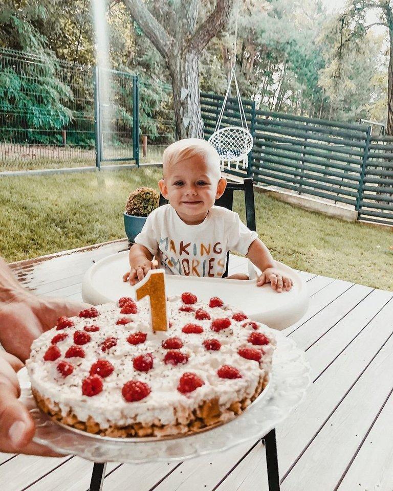 Erika Valiukaitė sūnui Manueliui gimtadieniui gamina tradicinį tortą.<br>Asmeninio albumo nuotr.