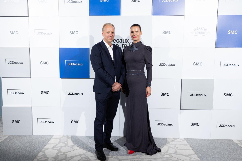 """Šiuolaikinio meno centro vadovas Kęstutis Kuizinas ir """"JCDecaux Lietuva"""" vadovė Žaneta Fomova.<br>Mikos Savičiūtės nuotr."""