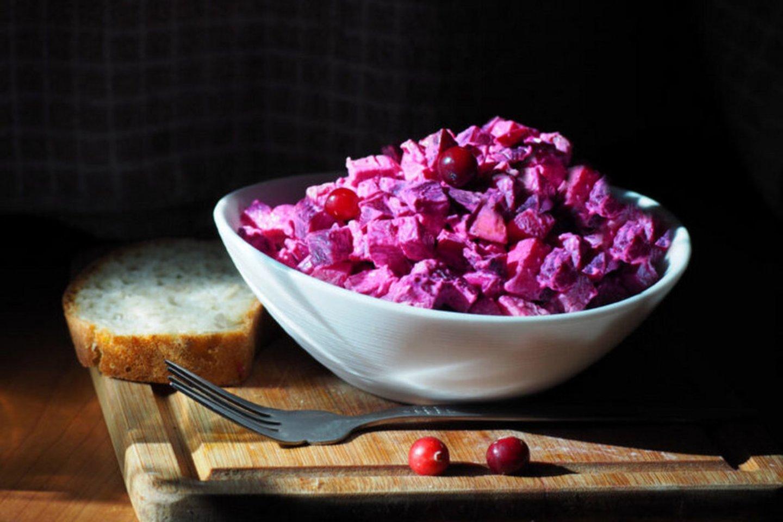 """Burokėlių, sūrio, jautienos ir obuolių mišrainė.<br>""""Kūmutės virtuvė"""" nuotr."""