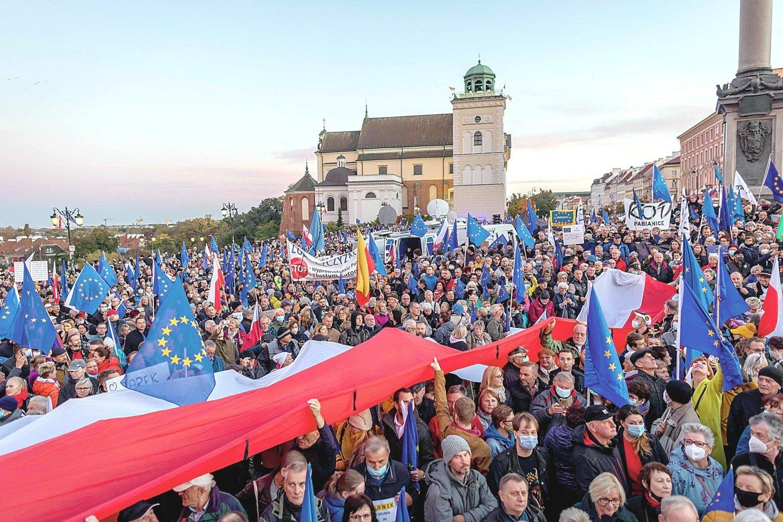 """Minios lenkų išėjo į gatves protestuodami, kad valdančiųjų politika gali pastūmėti šalį trauktis iš Europos Sąjungos.<br>AFP/""""Scanpix"""" nuotr."""
