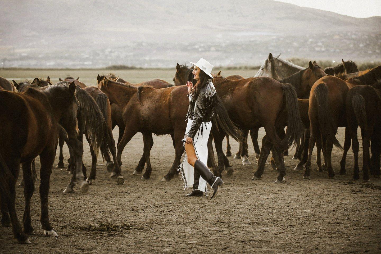 """""""Atsipalaidavusi ir pati pajutau tą gaivališką jėgą, nuo žirgų sklindančią stebuklingą energiją. Esu mačiusi tikrai daug, bet tokių vaizdų dar nebuvau regėjusi. Visai kitokia patirtis"""", – pasakojo kaunietė verslininkė."""