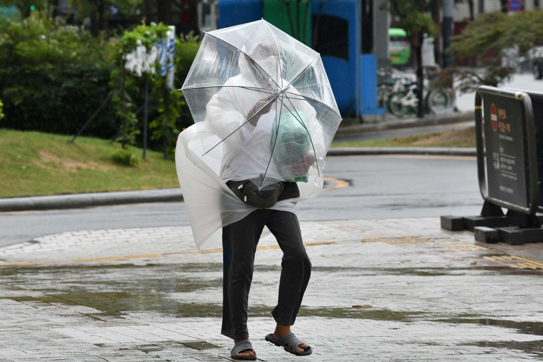 Honkonge dėl taifūno uždaromos mokyklos, akcijų birža.<br>Scanpix/Reuters/AFP asociatyvi nuotr.