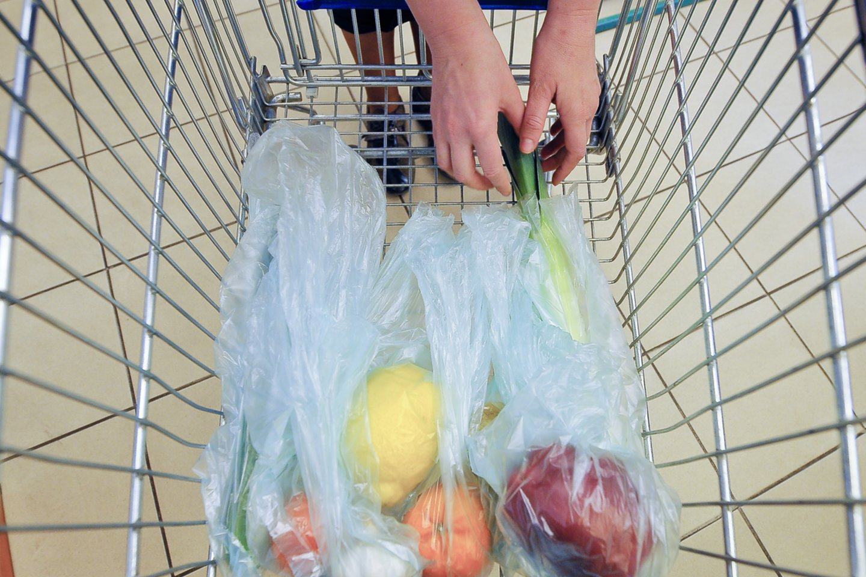 Įsigaliojus draudimui, dar šešis mėnesius vaisių ir daržovių atsargos galės būti pardavinėjamos plastikiniuose maišeliuose.<br>V.Ščiavinsko nuotr.