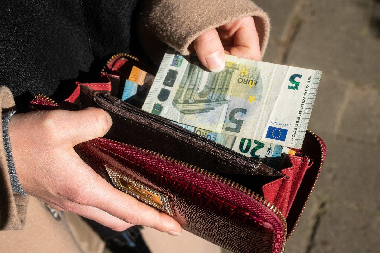M.Navickienė ragina visus mažas pajamas gaunančius gyventojus kreiptis dėl paramos už šildymą.<br>I.Danieliūtės nuotr.
