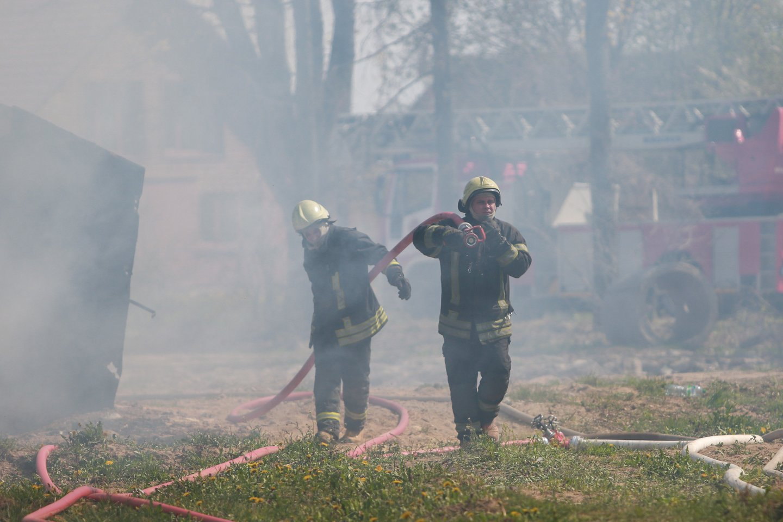Netoli Jonavos degė gyvenamojo namo stogas. Apdegė viduje buvę žmonės.<br>G.Bitvinsko asociatyvi nuotr.