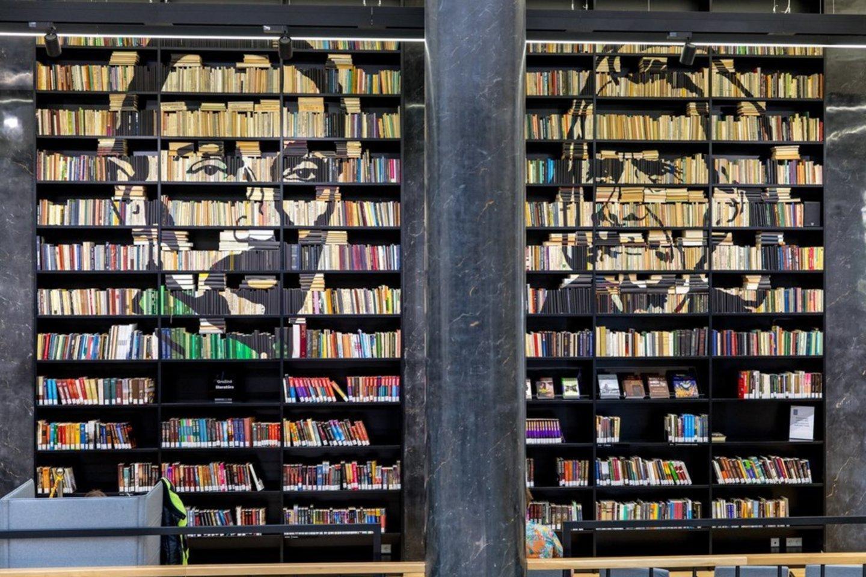 Vienas masyviausių ir įsimintiniausių J.Vaitkutės darbų – rašytojų portretai Nacionalinėje Martyno Mažvydo bibliotekoje.<br>Asmeninio archyvo nuotr.