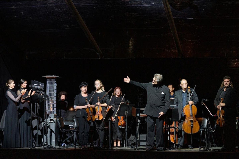 T.Ambrozaitis, solistės ir KVMT orkestro styginių grupė.<br>M.Aleksos nuotr.