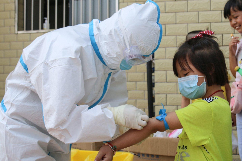 COVID-19 kraujo testas Kinijoje.<br>AFP/Scanpix nuotr.