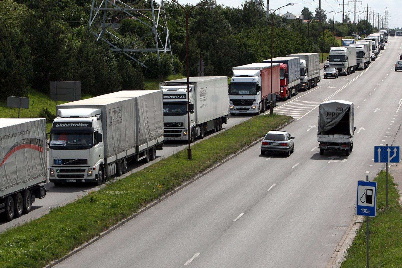 Vežėjams siūlant mažinti vairuotojų algos apskaičiavimo koeficientą, premjerė Ingrida Šimonytė teigia, kad Vyriausybė to daryti neketina.<br>G.Šiupario nuotr.