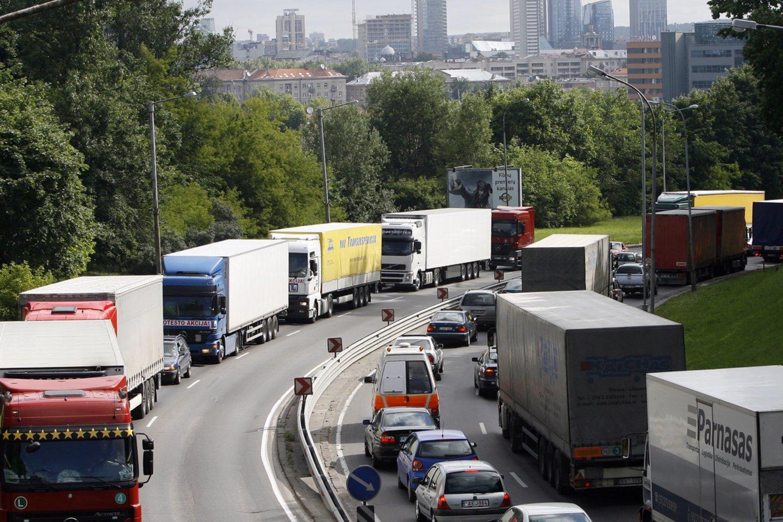 Vežėjams siūlant mažinti vairuotojų algos apskaičiavimo koeficientą, premjerė Ingrida Šimonytė teigia, kad Vyriausybė to daryti neketina.<br>R.Neverbicko nuotr.