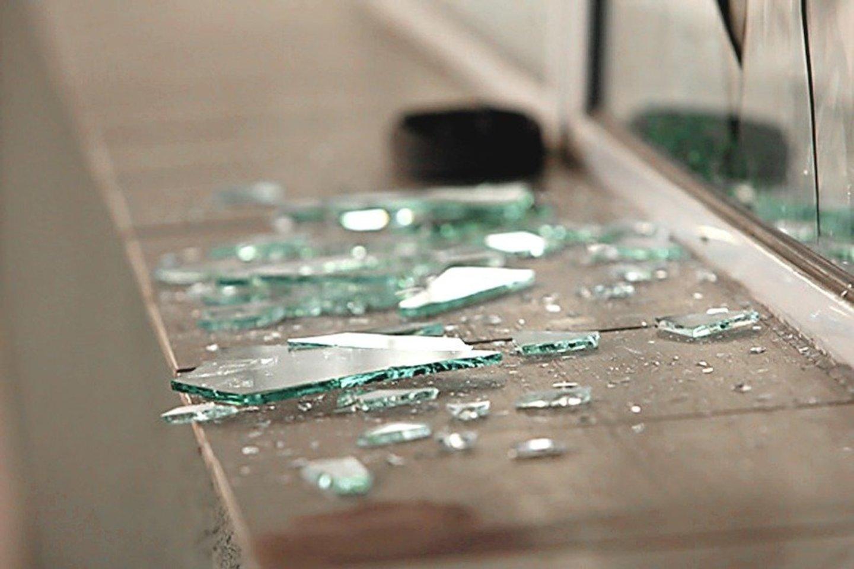 Išdaužęs buvusios draugės balkono stiklą vyras viduje prilaistė degiojo skysčio.