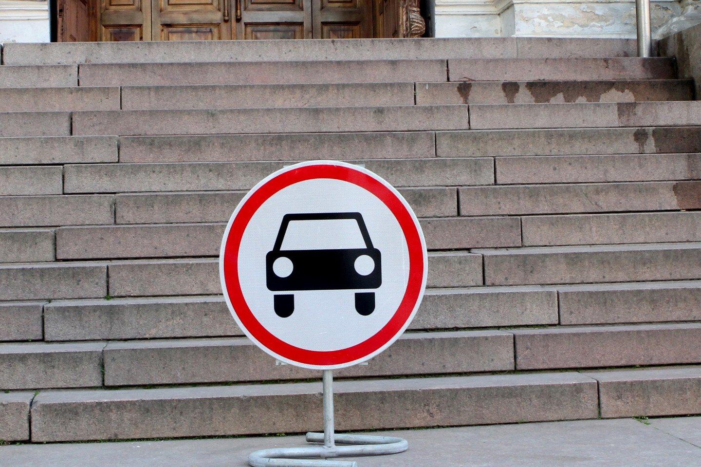 Kelio ženklas. Automobilių stovėjimo aikštelė.<br>M.Patašiaus nuotr.