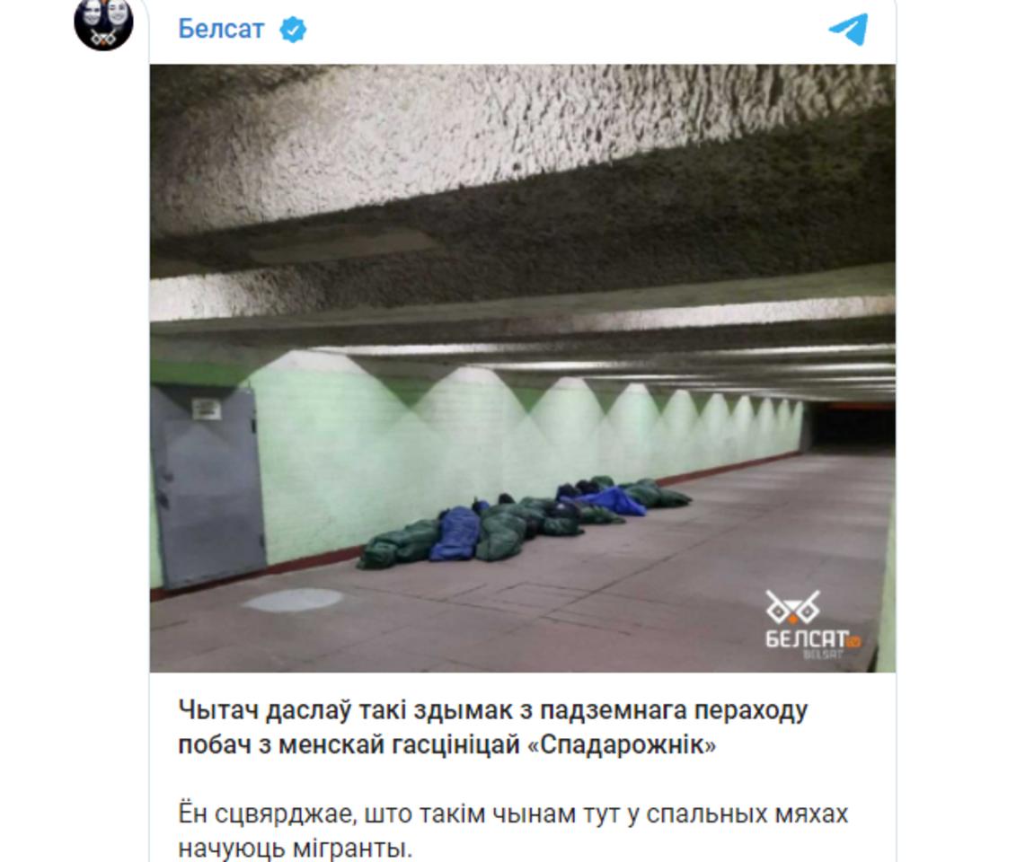 """Migrantai miega požeminėje perėjoje, netoli viešbučio """"Sputnik"""".<br>""""Belsat""""/Telegram nuotr."""