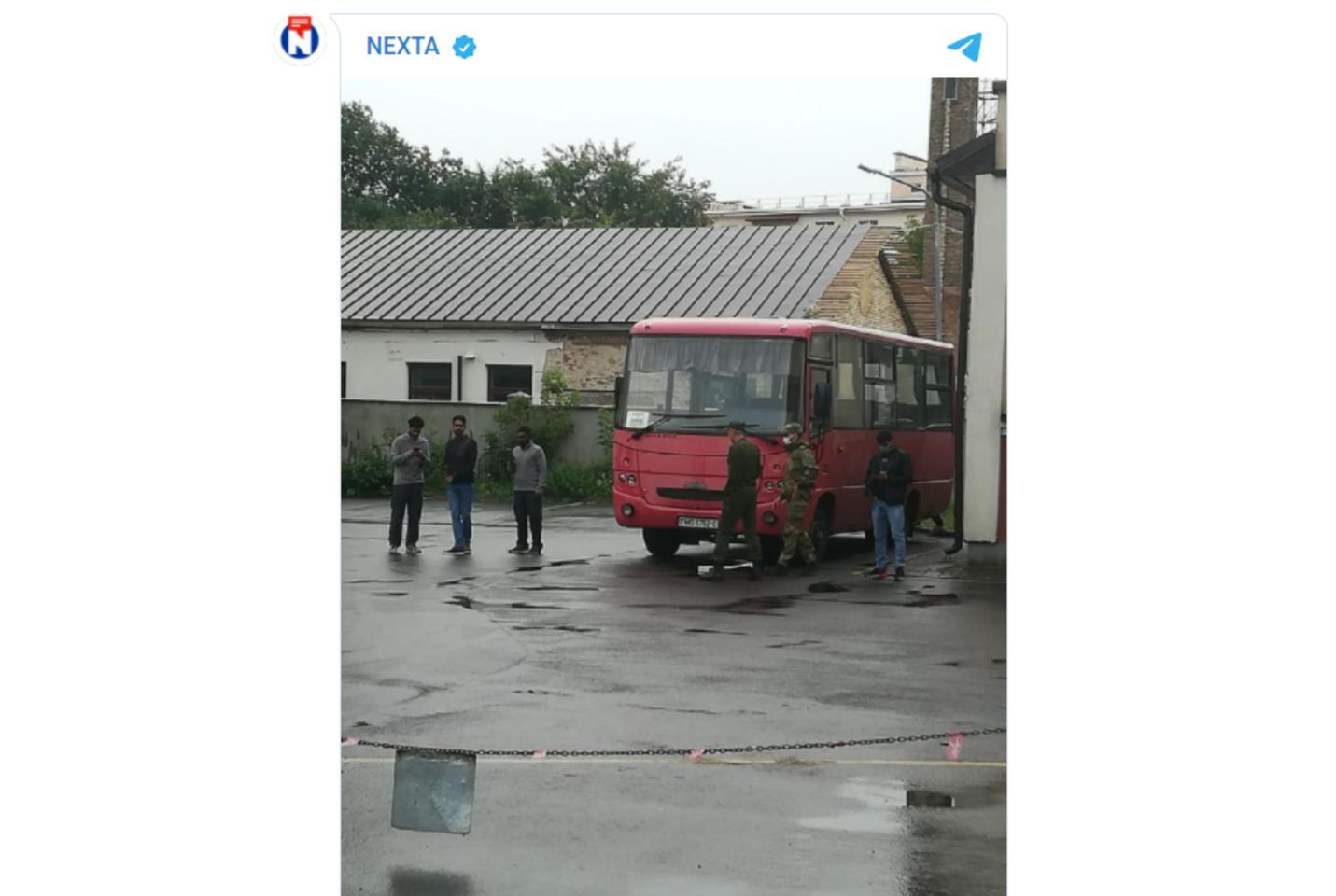 """Migrantų grupė, lydima pasieniečių ir karių.<br>NEXTA """"Telegram"""" paskyra"""