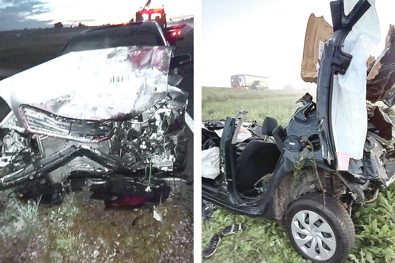 """Taip po avarijos atrodė """"Mercedes-Benz"""" (nuotr. kairėje) ir """"Toyota Auris"""", kuriame žuvo dvi moterys.<br>""""Plungės"""" laikraščio nuotr."""