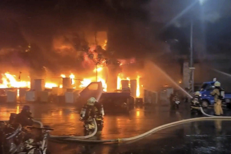 Pietų Taivane gyvenamajame daugiabučiame name kilus gaisrui žuvo 25 žmonės.<br>AP/Scanpix nuotr.